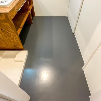 床はグレーのシート張り。素材感を揃えながら、掃除のしやすさも担保されているんです。
