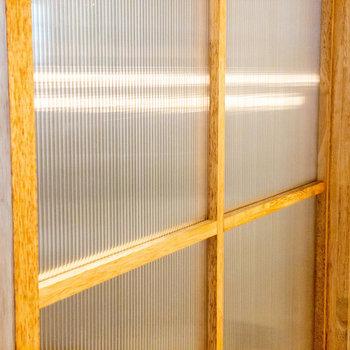 サンルームとリビングダイニングを緩やかに仕切る中空ポリカのような室内窓が素敵過ぎる……
