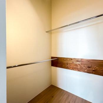 入って左と正面にはハンガーパイプが。照明もあって、服もカッコいい物を選びたくなります。