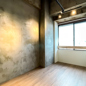 リビングダイニングの奥には5帖の洋室。コンクリート打ちっ放しのインダストリアルな空間!