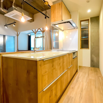 木目のキッチンはオリジナル。まさに、他では味わえない気分で料理へと向かえます。
