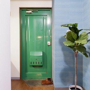 玄関ドアは可愛いグリーン。