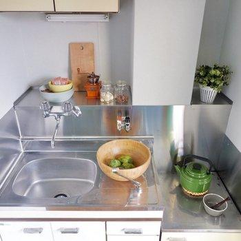 奥にキッチン用品を置いておけるスペースが。