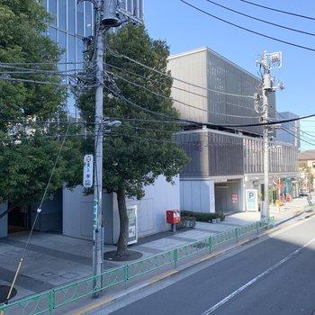 通りは駅近なのでけっこう人通りがあります。