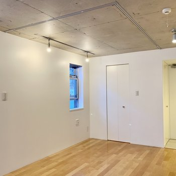 クローゼット側の一角は、カーテンを取り付けてベッドルームとして仕切ることができるんです。