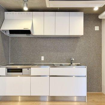 キッチン、モノトーンのタイルが素敵!