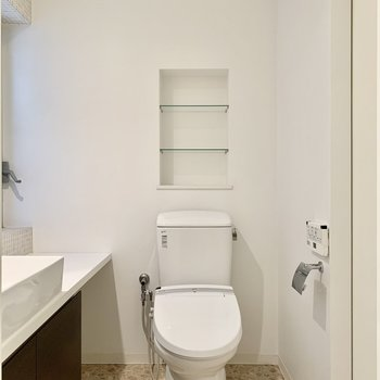 トイレは脱衣所に。シェルフに一輪挿しでもいかが?