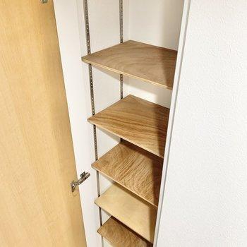 棚の高さを調節できるシューズボックス。