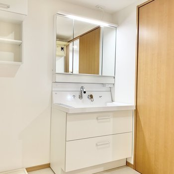 鏡が大きくて便利な洗面台。