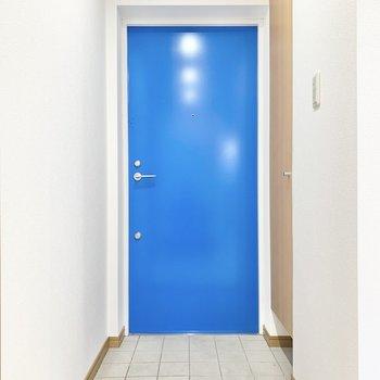 玄関ドアは鮮やかなブルー。海を思わせますね〜。