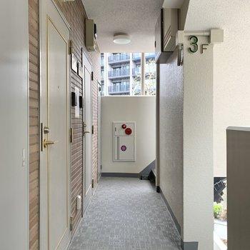 エレベーターを降りて奥のお部屋です。