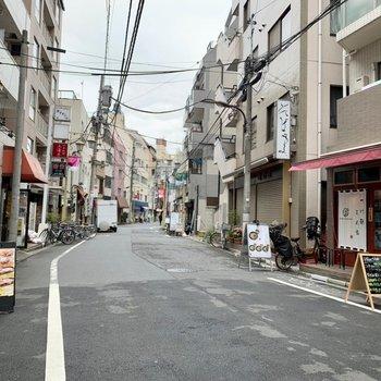 駅までの道には飲食店が多め。