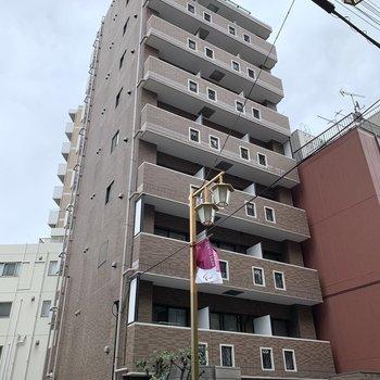 ブラウンの10階建マンション。