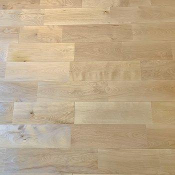 サラッとしたバーチの無垢床が気持ちいい!
