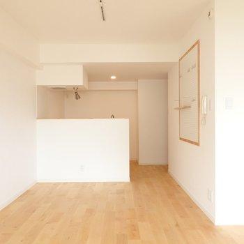 床は木目が綺麗なオーク材。やっぱり無垢床って良いなぁ……◎ (※写真は同間取り別部屋、前回募集時のもの)