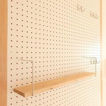 壁には有孔ボードを設置!見せる収納のアレンジも楽しめますよ。 (※写真は同間取り別部屋、前回募集時のもの)