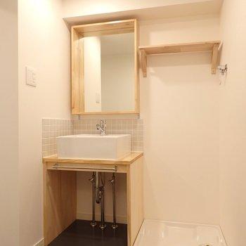 洗面台もオリジナル。鏡の木枠が可愛くて、使い勝手も良いんです◎ (※写真は同間取り別部屋、前回募集時のもの)