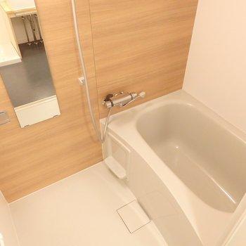お風呂は新品に。木目調がとっても安らげる雰囲気〜♪  (※写真は同間取り別部屋、前回募集時のもの)