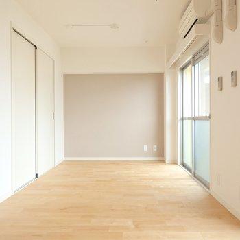 お部屋は約12帖と広々!奥のスペースはベッドルームかな。  (※写真は同間取り別部屋、前回募集時のもの)