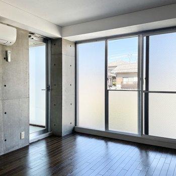 一面の窓のおかげで日中は電気要らず。真ん中の窓のみ開閉できます◯