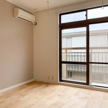 【イメージ】寝室側にも窓があって気持ちいい