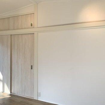【洋室6帖】収納は押し入れ。木目調のクロスで統一感が出されています。