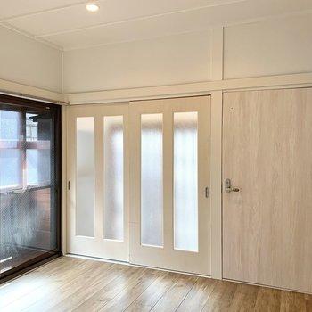 【ダイニング】玄関への扉も一部ガラスだから明るく感じるんですね。
