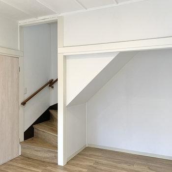 【ダイニング】階段下のスペースにはラックが配置できそう。