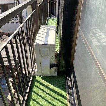 2階バルコニーは2部屋と繋がっていますが、室外機があるためそのまま通ることはできません。