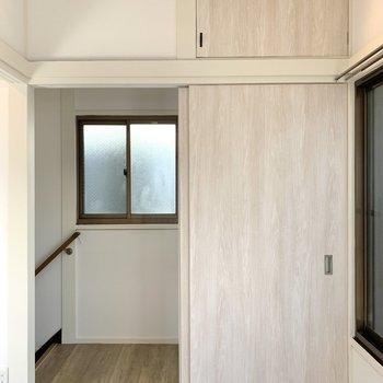 【洋室3帖】押し入れの扉か、引き戸のどちらか片方が開くようになっています。