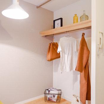オープンクローゼットです。カーテンを取り付けて隠すことも可能です。※写真は反転間取り別部屋のもの
