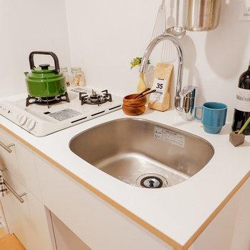 調理スペースはコンパクトですが、2口コンロです。※写真は反転間取り別部屋のもの