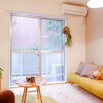 コンパクトなお部屋なので、掃き出し窓からの光が全体を包みます。※写真は反転間取り別部屋のもの