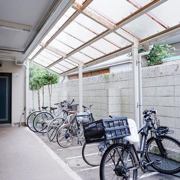 駐輪場はオートロック内で屋根付きです。