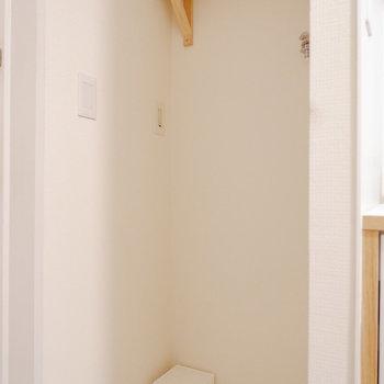 洗濯機置き場上にも棚がありました。※写真は反転間取り別部屋のもの