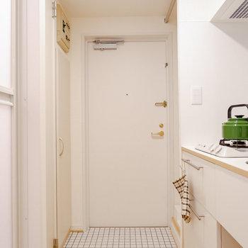 白タイルの可愛らしい玄関です。※写真は反転間取り別部屋のもの