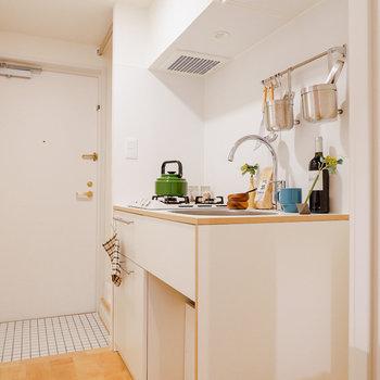 収納のたっぷりあるキッチンです。※写真は反転間取り別部屋のもの