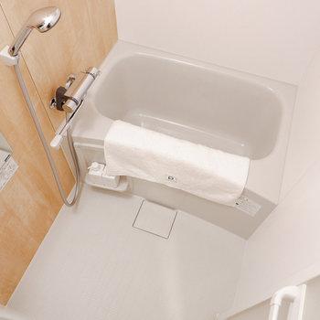 木目調シートでナチュラルなお風呂。※写真は反転間取り別部屋のもの
