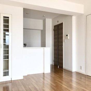 キッチンは対面式。真っ白です(※写真は7階の反転間取り別部屋のものです)