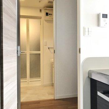 サニタリー・玄関へはキッチン横の扉から(※写真は7階の反転間取り別部屋のものです)