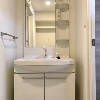 洗面台も鏡が大きいので朝の準備もしやすそう◯(※写真は7階の反転間取り別部屋のものです)