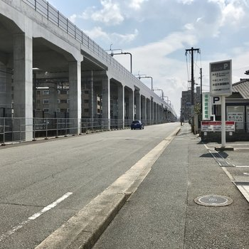 駅からこの線路沿いに歩くとお部屋につきます