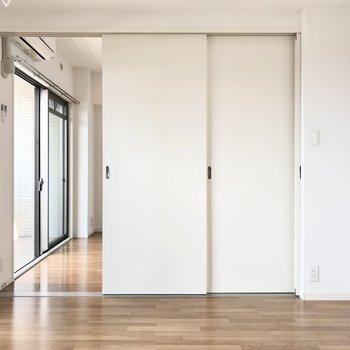 こんな風にもっと個室感ある引き戸へ変身できますよ!(※写真は7階の反転間取り別部屋のものです)