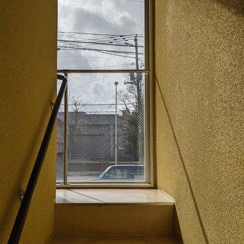 階段は1人が通れる幅です。ガラス張りで明るいですね。