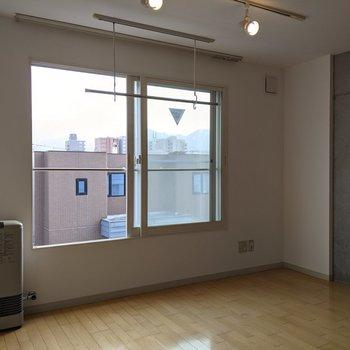【洋室】窓は南向き!日中は明るく生活できますね。