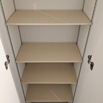 シューズボックスは高さ調節が可能です〜。