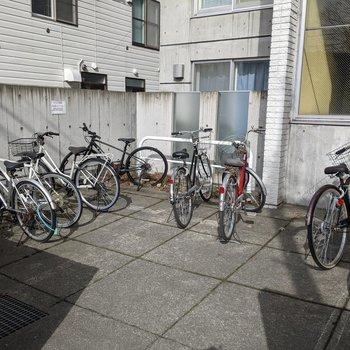 駐輪場は屋外にあります。冬場はカバーなどが必要そうです。
