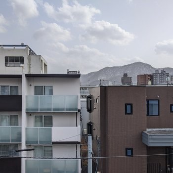 【洋室】正面は道路を挟んで隣の建物が見えますよ。