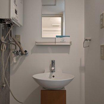 独立式洗面台です。シンプルなデザインがいいですね。