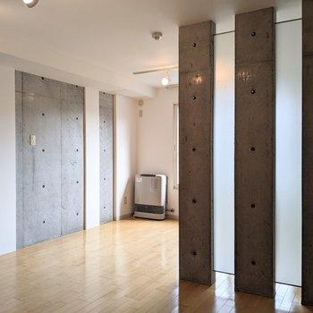 【ダイニング】扉がなくコンクリ柱でゆるやかに分けられています。
